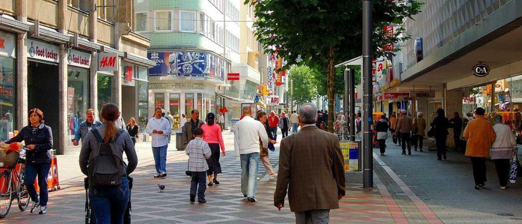 Eine Einkaufsstraße als Symbolbild für Firmen, Handel & Gewerbe